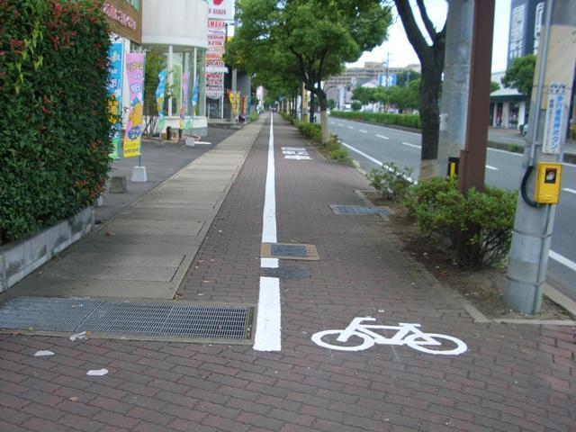 自転車レーンと歩道の自転車マー...